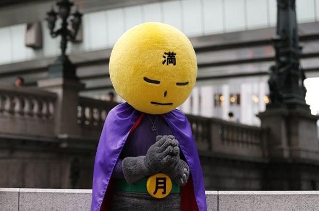 Novo 'super-herói' tem chamado atenção nas ruas de Tóquio (Foto: Issei Kato/Reuters)