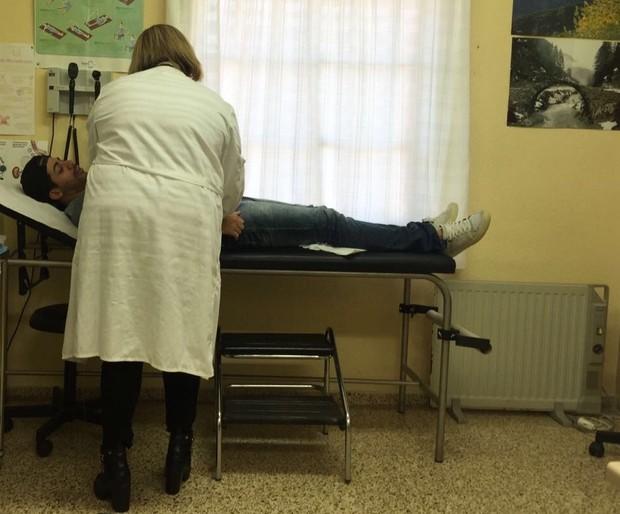Dienis durante atendimento no hospital espanhol (Foto: Daniel Fontoura/Divulgação)