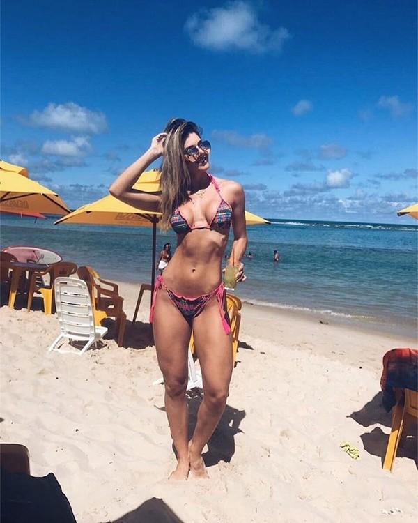 Tatiele Polyana exibe corpo definido em praia de Maceió