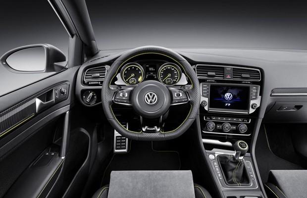 Direção Volkswagen Golf R400 (Foto: Divulgação)