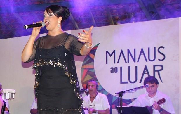Cantora Fátima Silva em homenagem às mães no 'Manaus ao Luar' (Foto: Gisa Almeida/Rede Amazônica)