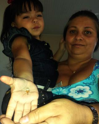Mãe e filha mostram brinco expelido pela criança (Foto: Rayssa Natani/ G1)
