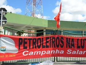 Petroleiros estendem bandeira na porta da Petrobras (Foto: Marina Fontenele/G1)
