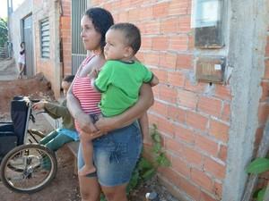 Mãe diz que quer e precisa muito ver a creche pronta (Foto: Rogério Aderbal/G1)