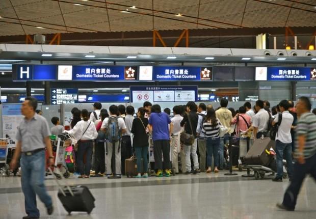 Passageiros se aglomeram para passar pela checagem de segurança e alfândega antes de embarcar no aeroporto de Pequim , na China (Foto: Reprodução/Facebook)