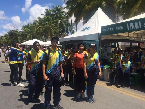 Grupo de escoteiros Desbravadores participou das atividades na orla de Maceió (Foto: Carolina Sanches/G1)