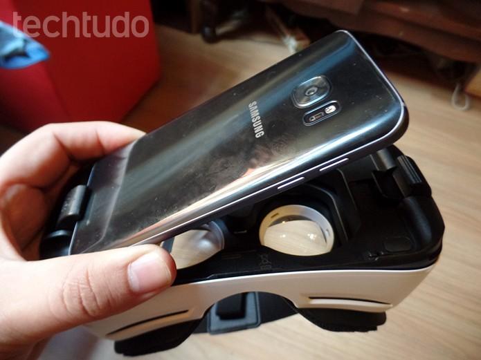 Encaixe o celular na porta microUSB e fixe o aparelho no GearVR (Foto: Filipe Garrett/TechTudo)