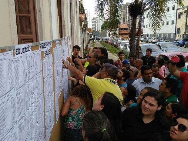 Quadro com a lista dos aprovados foi fixado na instituição, em Belém. Candidatos conferem resultado da Uepa. (Foto: Arthur Sobral/G1)