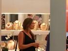 Grávida, Grazi Massafera passeia em shopping do Rio