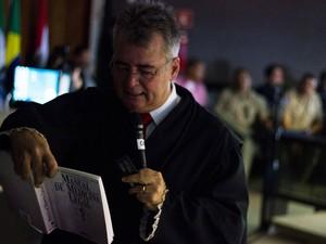 10/5/2013 - José Fragoso lê trechos de um livro que afirma a possibilidade de falha no método de medição dos ossos (Foto: Jonathan Lins/G1)