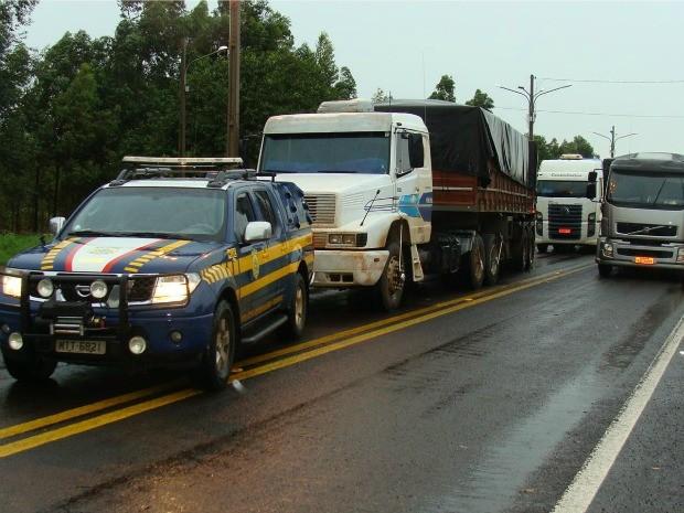 Veículos apreendidos pela PRF com mercadorias contrabandeadas (Foto: Divulgação/PRF)