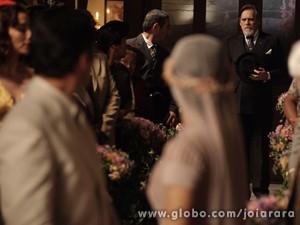 Ernest aparece de surpresa na cerimônia do filho (Foto: Joia Rara/ TV Globo)
