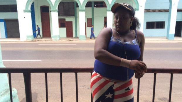 Mabel Sterling tinha medo de vestir calça com bandeira americana, mas diz que, hoje, ninguém nota  (Foto: BBC)
