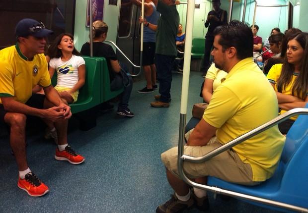 Passageiros do metrô de verde e amarelo vão à manifestação na Avenida Paulista (Foto: Thais Lazzeri/ÉPOCa)