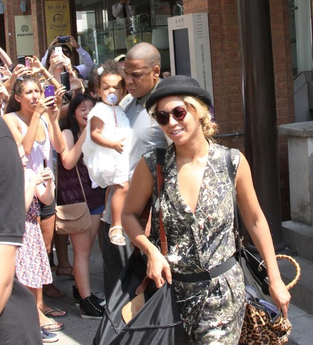 Beyoncé e Jay-Z com a filha em Toronto (Foto: PacificCoastNews / Honopix)