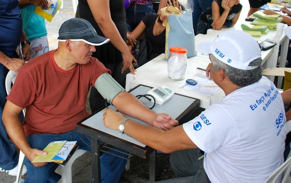 Aferição da pressão arterial foi um dos serviços mais procurados (Foto: Onofre Martins/ G1 AM)
