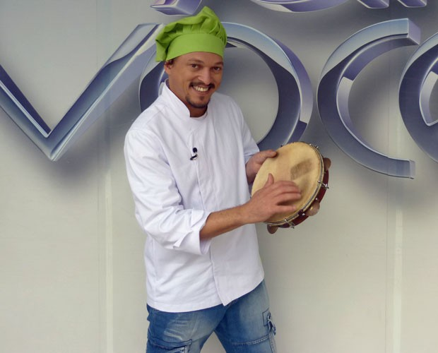 Fábio Lago e seu inseparável pandeiro (Foto: Mais Você/TV Globo)