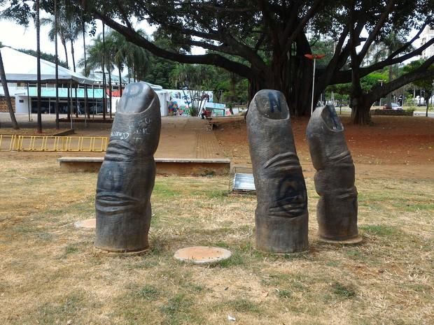 Dois dedos foram furtados de escultura na Praça Universitária em Goiânia (Foto: Vanessa Martins/G1)