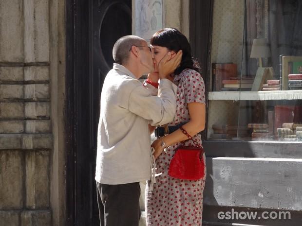 Emocionados, os novos papais se beijam (Foto: Joia Rara/ Tv Globo)