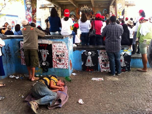 Parte dos manifestantes se concentraram debaixo do Viaduto Santa Tereza, de onde saíram em passeata. (Foto: Alexandre Rezende/ G1)