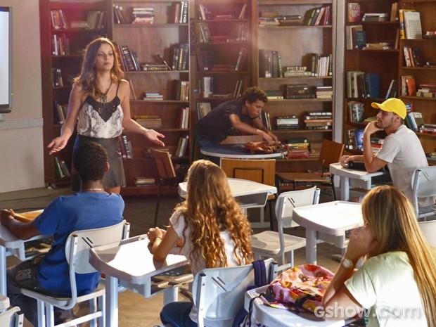 Paulino colocar uma carta de amor na bolsa de Bárbara (Foto: Malhação / Tv Globo)
