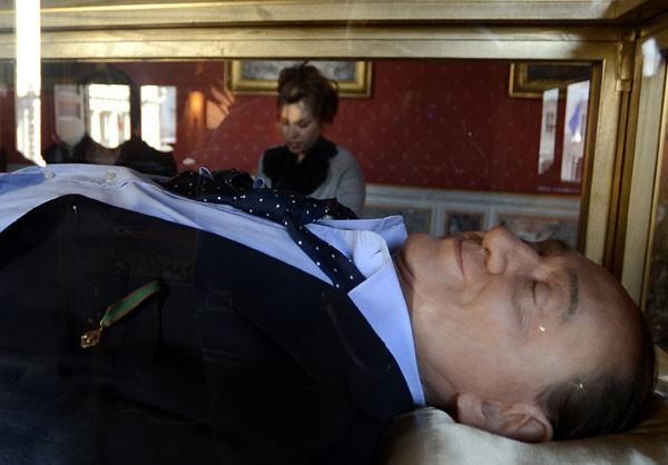 Berlusconi descansa em caixão em obra de arte italiana. (Foto: Filippo Monteforte/AFP)