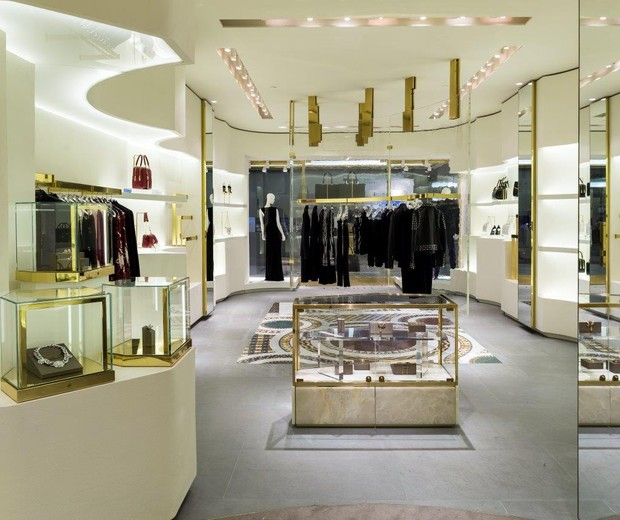 Interior da loja, já com o novo conceito desenvolvido por Donatella Versace com Jamie Fobert (Foto: Divulgação)