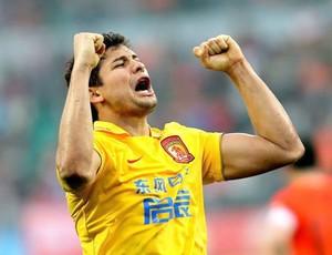 Elkeson comemora gol pelo Guangzhou Evergrande
