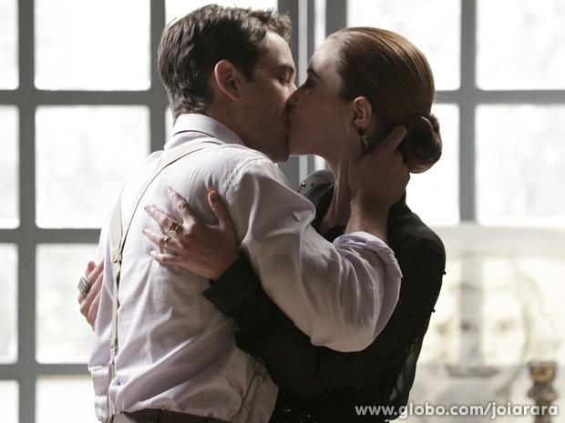 Viktor não resiste e beija Sílvia (Foto: Fábio Rocha/TV Globo)