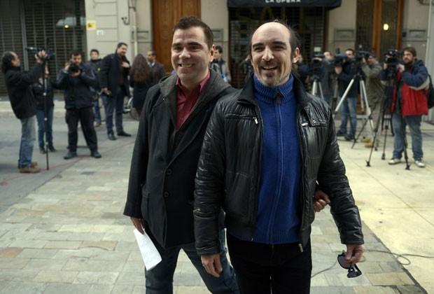 Rodrigo Borda e Sergio Miranda - que estão juntos há 14 anos - cumpriram o trâmite de registro para seu casamento nesta segunda-feira (5) (Foto: Matilde Campodonico/AP)
