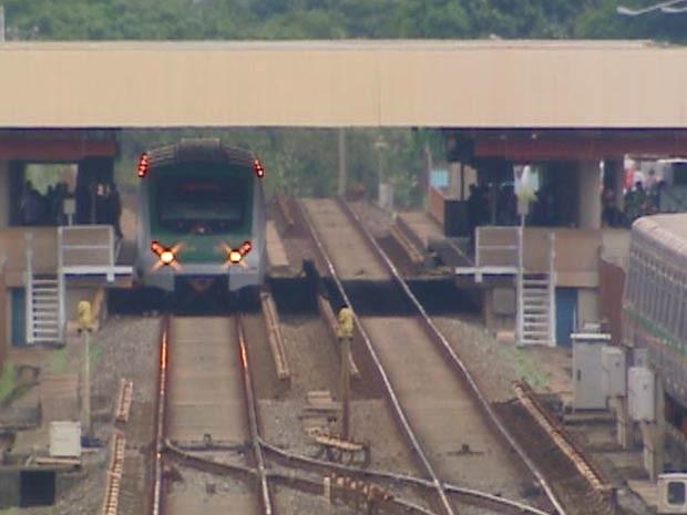 Trem do Metrô-DF ficou parado por 15 minutos na estação Shopping por causa de fumaça no piso  (Foto: TV Globo / Reprodução)