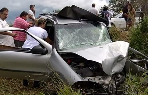 Carro invade pista contrária e duas pessoas morrem na GO-330 entre Catalão e Ipameri (Foto: Reprodução/TV Anhanguera)