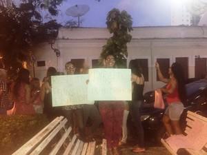 Estudantes protestam contra situação constrangedora vivenciada por aluna durante prova na Uninassau (Foto: Reprodução/WhatsApp)