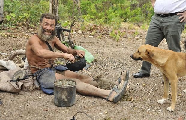 'Ele está feliz lá', diz irmã de homem que vive em buraco há 25 anos em Goiás (Foto: Aline Caetano/TJ-GO)