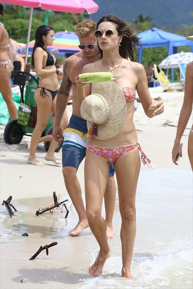 Alessandra Ambrosio na praia da Cachoeira do Bom Jesus (Foto: AgNews)