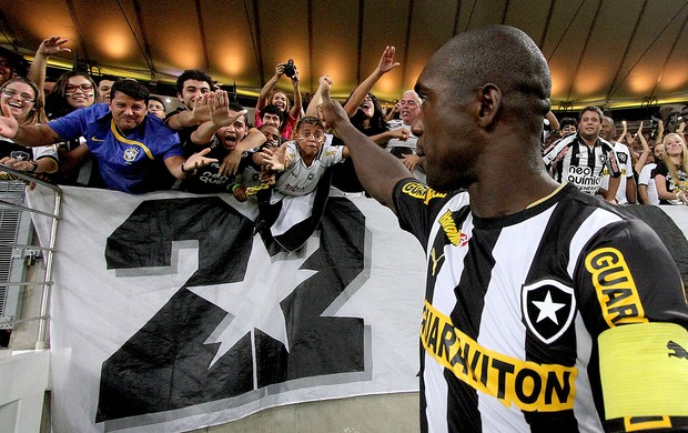Seedorf com a torcida do Botafogo (Foto: Satiro Sodre / SSPress)