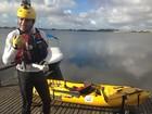 Pesquisador esportista avalia água da Lagoa de Araruama, RJ, com caiaque