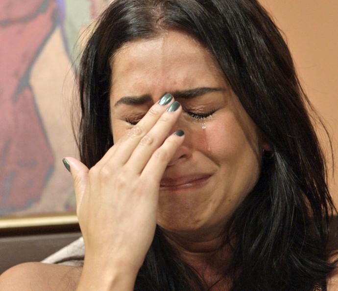 Carol chora ao perceber o tamanho do erro que está cometendo (Foto: TV Globo)