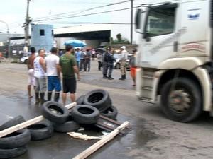 Manifestantes fecharam a Avenida Lindeneberg na tarde desta quinta-feira (18) (Foto: Reprodução TV Gazeta com informações do G1)