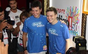 Michel Teló e Rodrigo Faro em Salvador (Foto: Marcus Pavão / AgNews)
