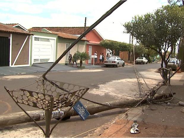 Caminhão arranca poste e fiação de energia elétrica em Ribeirão Preto (Foto: Paulo Souza/EPTV)