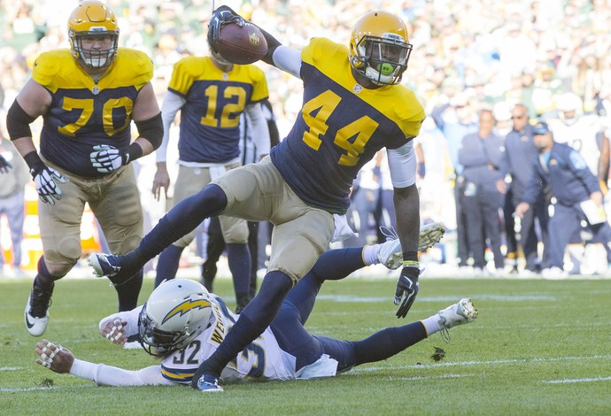 De uniforme retrô dos Packers, James Starks corre para o touchdown (Foto: Reuters)