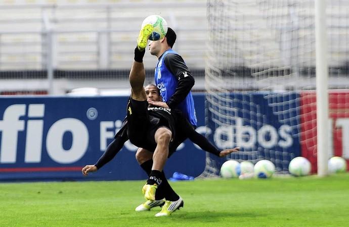 Rafael Costa, atacante Ponte Preta (Foto: Marcos Ribolli)
