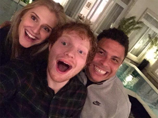 Ed Sheeran posa ao lado de Celina Locks e Ronaldo Nazário  (Foto: reprodução/Instagram)