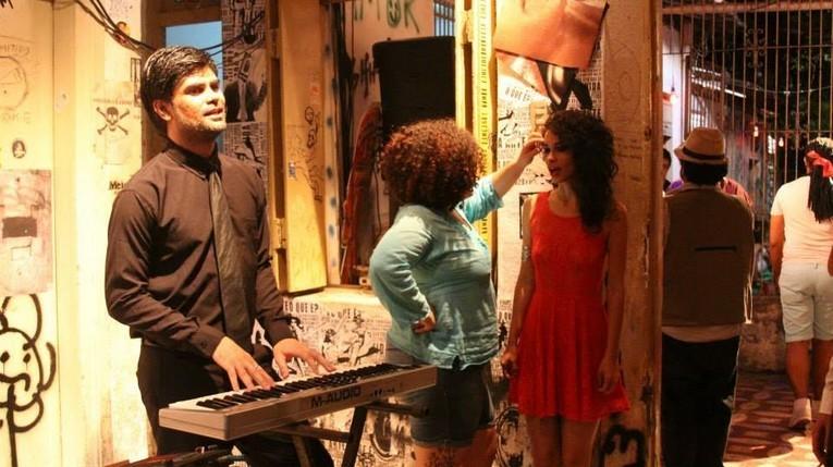 Integrador de pizza que vive relacionamento homoafetivo é protagonista do curta Crua (Foto: Divulgação)