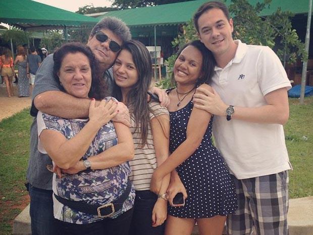 Wanderlan e Susana (pais do estudante brasiliense sumido no Peru, Artur Paschoali) e os filhos Felipe, Mirela e Ester (Foto: Facebook/Reprodução)
