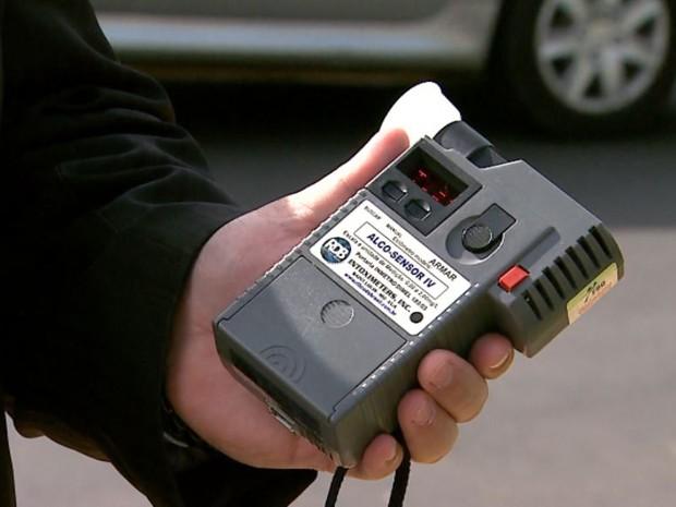 Bafômetro mede quantidade de álcool no organismo do motorista (Foto: Reprodução/EPTV)