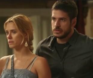 Marco Pigossi e Carolina Dieckmann em cena de 'A regra do jogo'   Reprodução