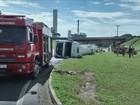 Carreta com óleo vegetal tomba na rodovia SP-215 em Porto Ferreira