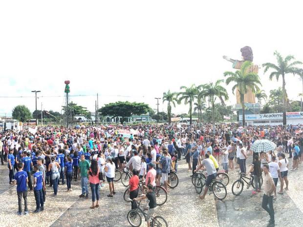 Moradores de Marituba se reúnem na praça matriz após serem proibidos pela Justiça de interditar acesso ao aterro sanitário localizado no município. (Foto: Robério Vieira/TV Liberal)